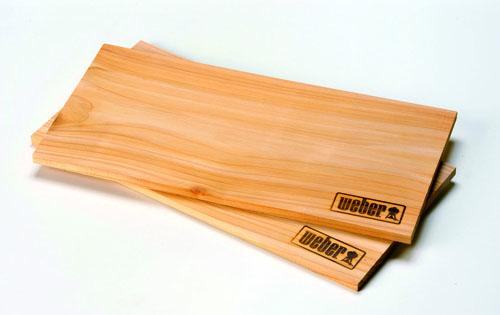 Per aromatizzare le pietanze, un trucco è usare delle basi come quella in cedro di Weber: il panetto si pone sulla griglia e sopra si mette il cibo. 15 euro