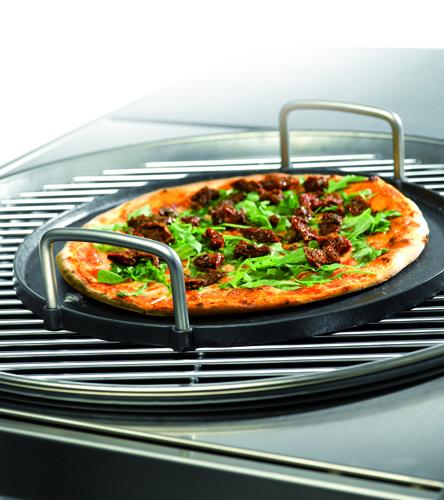 Non solo carne. Con la cottura indiretta si cuoce anche la pizza. Sull'apposita base