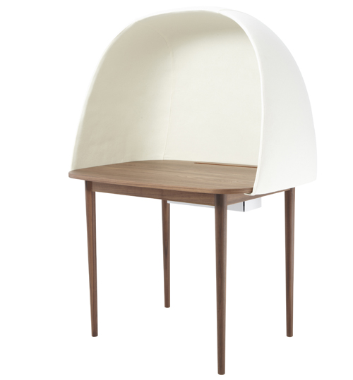 Re write è la scrivania insonorizzata, in fibra di vetro, per lavorare indisturbati ovunque. Di Gum design per Ligne Roset