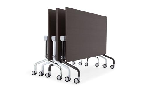 Evolution di Diemmebi è il tavolo ribaltabile. Su ruote è facile da trasportare e da sistemare  in poco spazio quando non serve