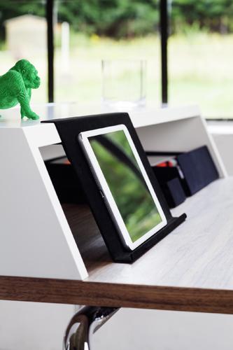 Da Thonet, la scrivania con slot per caricare i dispositivi elettronici