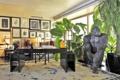 Senza dimenticare piccole e grandi eccentricità, come&nbsp;<strong>il gorilla nello studio</strong>, un regalo proveniente da un set cinematografico, e molti pezzi delle collezioni Armani/Casa, il progetto con cui una decina di anni fa l'imprenditore ha trasformato la sua passione per il design in un investimento