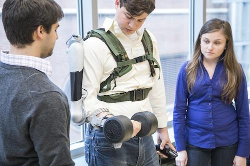 Titan Arm: è un esoscheletro per la parte superiore del corpo, che aumenta la forza umana. Serve a aiutare chi fa lavori pesanti, come i magazzinieri