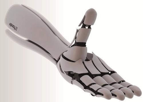 Le protesi robotiche delle mani sono costose. Soluzione: Handiii è una protesi della mano a prezzi accessibili con sensori incorporati mioelettrici in grado di leggere i segnali del cervello. I costi sono stati ridotti utilizzando uno smartphone per calcolare gli impulsi elettrici sulla superficie della pelle. Tutti i componenti della mano sono facilmente modificati e riprodotti utilizzando una stampante 3D