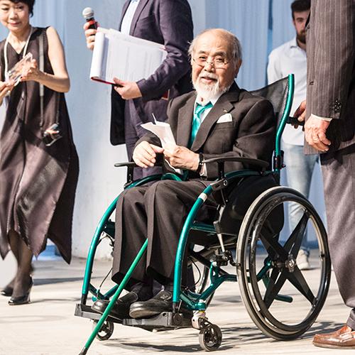 Kenji Ekuan durante la premiazione del Compasso d'Oro 2014