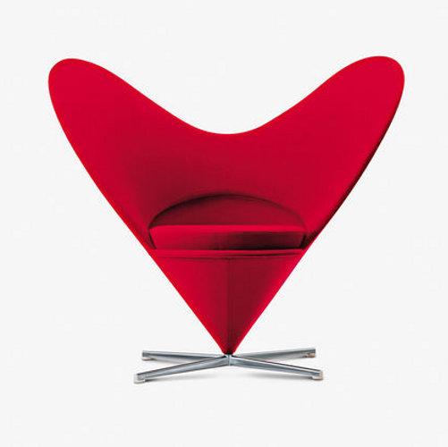 Era il 1959 quando Verner Panton disegna per Vitra la Heart Cone Chair. Come suggerisce il nome il modello si distingue per un grande schienale che ricorda un cuore