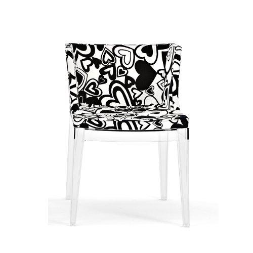 Moschino riveste la poltroncina disegnata da Philippe Starck con l'iconica stampa cuori bianco/nero. Diventa così Mademoiselle à la mode (a partire da 550 euro)