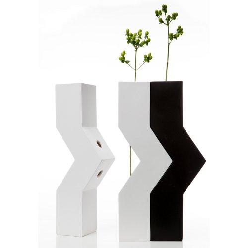 Antonio Facco per Cappellini pensa a Duo, un vaso che rappresenta un corpo il quale accostato al suo simile celebra un'unione indissolubile (210 euro l'uno)