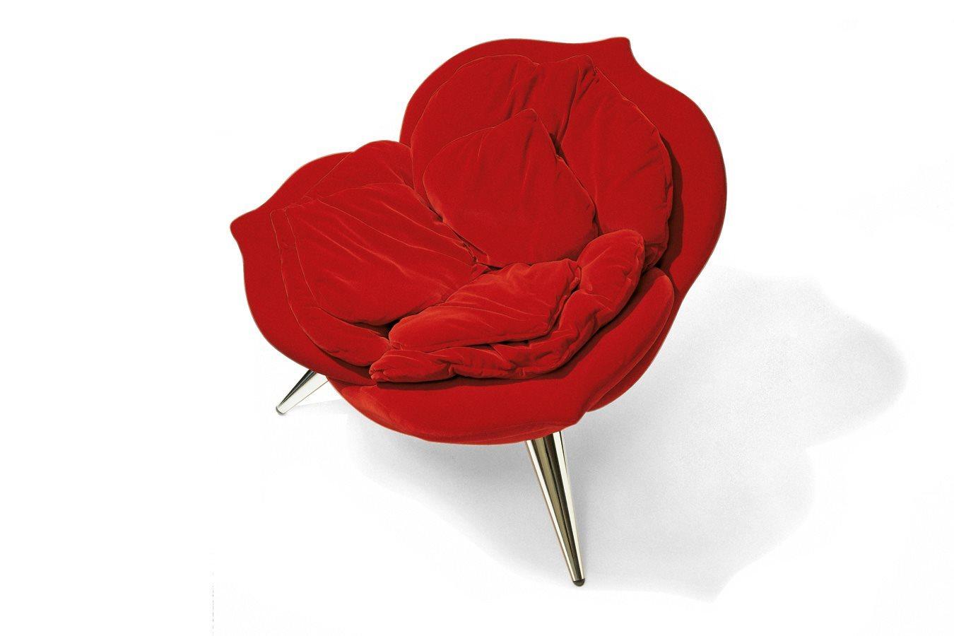 Cosa sarebbe il 14 febbraio senza rose rosse? I petali della Rose Chair di Edra sono realizzati a mano uno per uno (a partire da 4.710 euro)