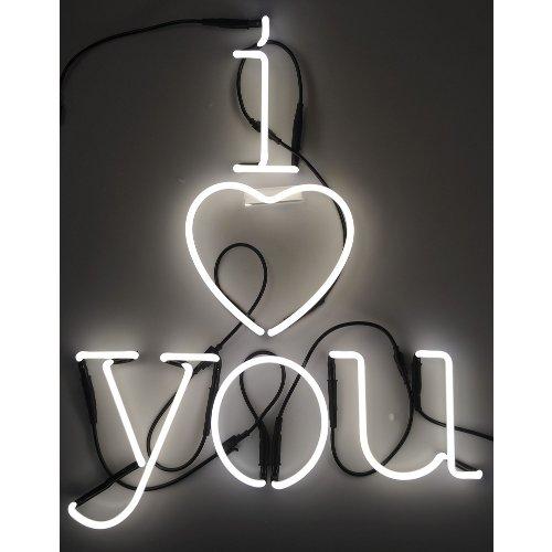 Scrivere la propria dichiarazione d'amore con la luce grazie alla Neon art di Seletti. Sono disponibili tutte le lettere dell'alfabeto, numeri e alcuni simboli (questa composizione costa 282 euro)