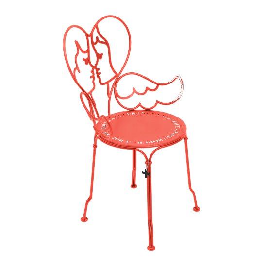 Sullo schienale un bacio stilizzato tra cherubini. JC de Castelbajac interpreta così la sedia da giardino Ange di Fermob (307,50 euro)