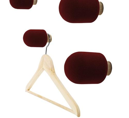 Ispirati ai microfoni dei giornalisti, gli appendiabiti Micro di Moustache sono in frassino e gommapiuma. In vendita su www.madeindesign.it