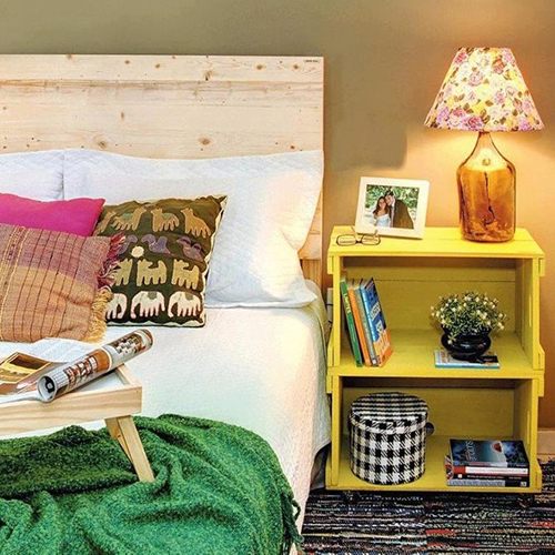 In questa camera da letto la cassetta di legno è un comodino