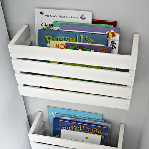 Dalle due estremità di una cassetta è possibile ricavare dei contenitori per i libri dei più piccoli (e non solo)
