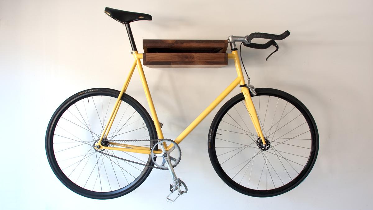 The (Original) Bike Shelf di The Knife and Saw, mensola di legno massello disponibile in due taglie (299 dollari, 270 euro). www.theknifeandsaw.com
