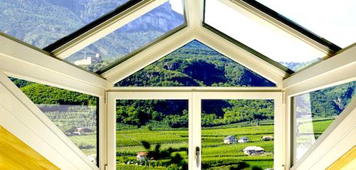 Finestrare il tetto, sfruttura i sottotetti e le altezze. Ma attenzione, le normative cambiano di regione in regione. In foto, Finstral