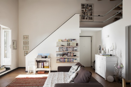 A piano terra, un ampio e luminoso living cucina, la camera da letto, la stanza per le figlie - due di lui e una di lei - e una splendida terrazza vista Corsica