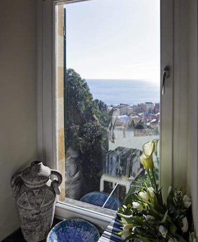 La vista sul mare e sulla lussureggiante vegetazione ligure