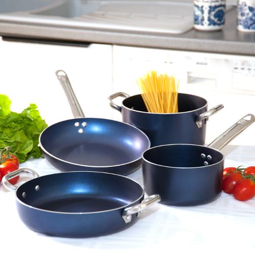 Pentole Agnelli: Le Dive si distinguono per l'impiego dell'antiaderente Teflon® DuPontTM che permette di utilizzare meno grassi nella cottura. Sono disponibili nei colori rosso scuro e blu lavanda. Prezzo da € 24,94 a € 30,38