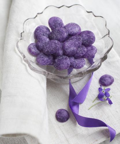 Bon bon alla violetta<br>Con lo zucchero di violetta ho preparato le caramelle più<br>classiche, le ginevrine. <br>1. In un pentolino posto sul fuoco dolce, mescolate gli ingredienti<br>fino a che inizieranno ad amalgamarsi. <br>2. Con un cucchiaino versate a gocce il preparato sulla carta da forno e lasciate asciugare per 24 ore.<br>3. Trasferite le caramelle su una gratella e attendete<br>la loro completa essiccazione.<br>4. Conservate in un barattolo di vetro in luogo<br>fresco e asciutto, al riparo dalla luce.