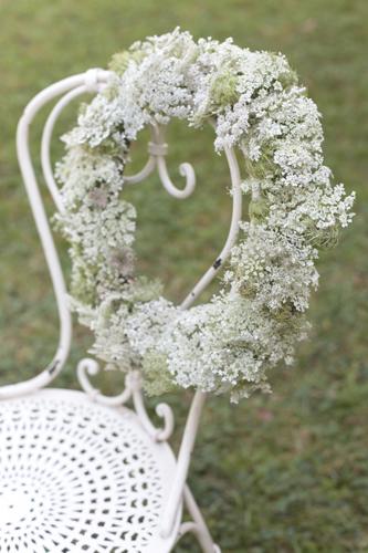 Ghirlanda di carotina selvatica<br>Occorre: base di rami intrecciati, fil di ferro da fiorista, parecchi steli fioriti di carotina selvatica, daucus carota