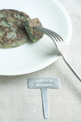 Hamburger di ortica. Ingredienti: 2 uova, 1 cipolla bianca, 150 gr di<br>foglioline giovani o cime d?ortica, parmigiano reggiano<br>grattugiato, olio extra vergine d'oliva, sale e pepe qb