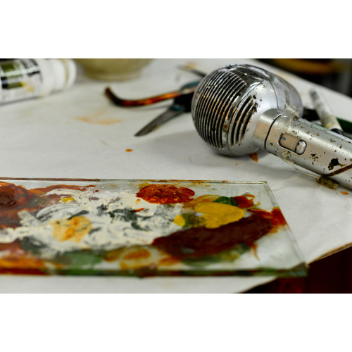 Gregorio Botta nel suo studio: pigmenti, foto di Elena Janniello