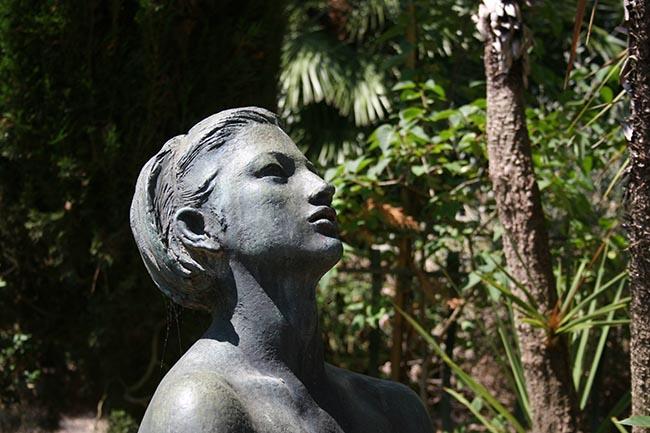 Dettaglio di una statua di villa Venerosi