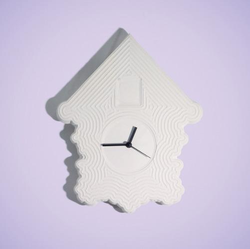And where's the cuckoo?! - Design Simona Janišová: la forma di questo orologio da parete si basa su vecchio orologio a cucù in casa del nonno. La decorazione della superficie è creato da fresatura Cnc per ricordare antiche tecniche artigianali e ornamenti tradizionali. Gli orologi sono realizzati in porcellana non smaltata, grès o marrone. Ma, dov'è il cuculo?!