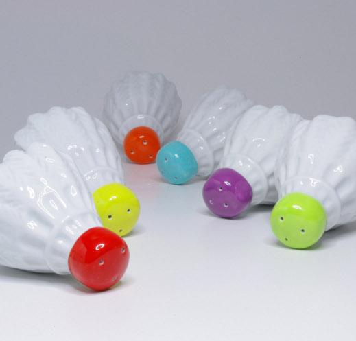 Badminton - Design Zoltan Lubloy: il progetto si distingue per l'interesse verso le nuove tecnologie e allo stesso tempo verso l'artigianato tradizionale. Le saliere e pepiere Badminton sono oggetti colorati e di tendenza per la cucina disponibili in varie colorazioni
