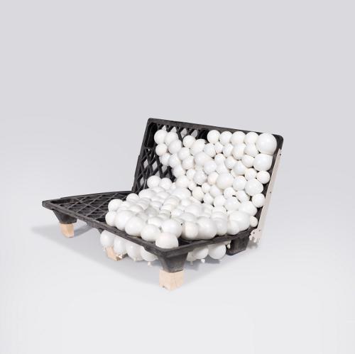 Ballon sofa - Design Jan Lutyk and: un pallet di plastica trovato in un magazzino a Przetwory è stato diviso in due parti e riempito di palloncini gonfiati che costituiscono il sedile e lo schienale del divano. La costruzione è stata esteticamente gradevole e confortevole. L'aria è diventata un materiale di lavoro per i progettisti