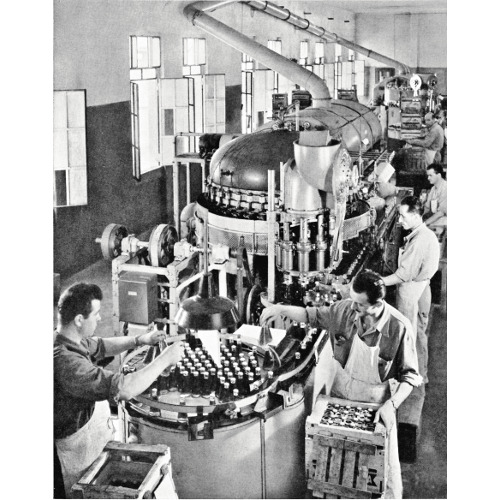 """Reparto controllo e imballaggio del Campari Soda, anni Cinquanta (da """"La Campari"""" oggi, Sezione Arti Grafiche Ariel, 1953, p. 27)"""