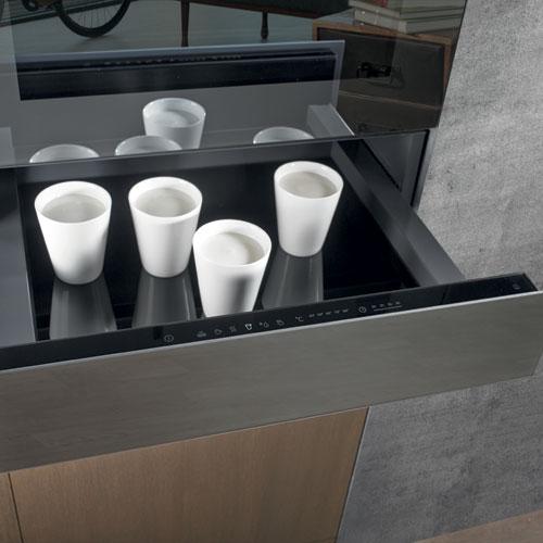 Ai forni compact Gorenje by Starck si può aggiungere uno assetto riscaldante. Il suo sistema StayWarm permette di conservare i cibi a 70°C fino al momento di servirli in tavola. In più la funzione ?Yoghurt? consente di preparare sani yogurt