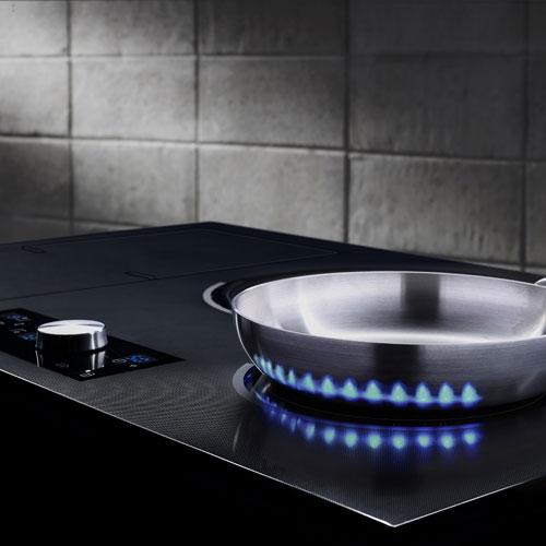 Un dettaglio della Chef Collection di Samsung: il piano cottura a induzione Virtual Flame permette di scegliere tra 16 livelli di calore per cuocere con la massima precisione il cibo. In più una manopola magnetica consente un controllo e una pulizia perfetti