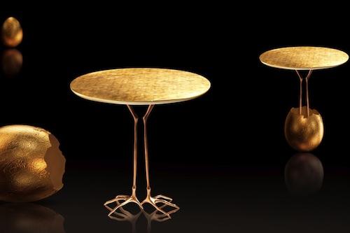 Il tavolino Traccia della collezione Simon di Cassina, in foglia d'oro zecchino, una produzione in serie della celebre opera surrealista del 1939 di Meret Oppenheim