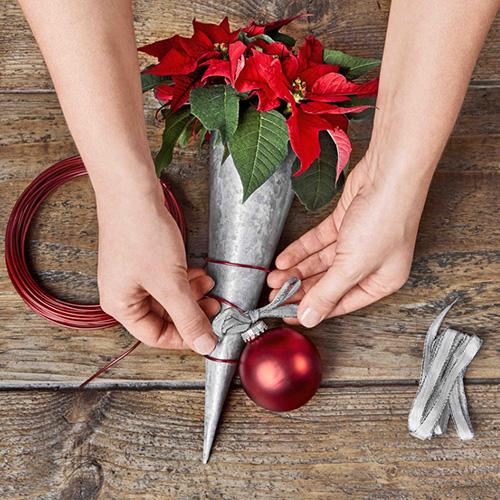 Decorate il contenitore con il nastro e gli ornamenti natalizi