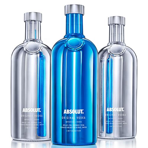 Absolut in prossimità delle feste lancia la sua bottiglia in edizione limitata. Per far felici i collezionisti la nuova limited edition Electrik, due bottiglie nelle colorazioni metallic silver ed electric blue (a partire da 11 euro)