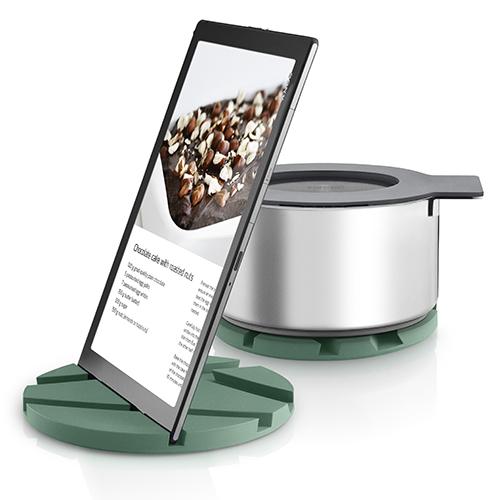 Per la mamma moderna che ama cucinare sfogliando le ricette sul tablet: Eva Solo presenta un sottopentola in silicone che si trasforma anche in un comodo leggio (39,95 euro)