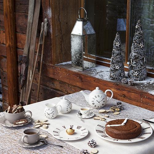 Coincasa propone un set in ceramica con decori che riprendono il tema dell'orologio; è perfetto per la colazione del primo dell'anno