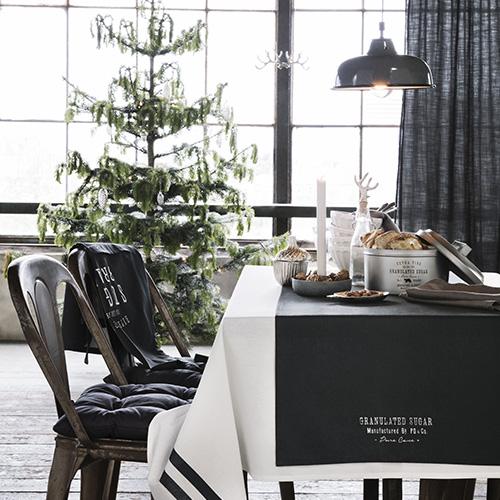 Non solo minimal, ma anche fuori dagli schemi. H&M Home per la sua tavola delle feste sceglie il nero che accosta al bianco e a dettagli che ricordano lo stile industriale