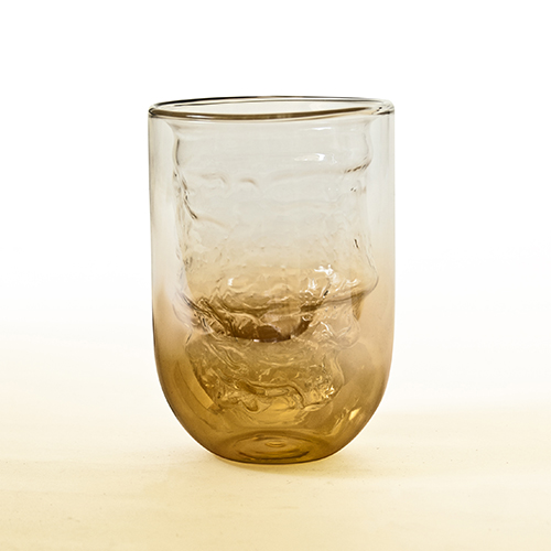 I bicchieri Meteorite fanno parte della collezione Cosmic Diner di Diesel Living with Seletti. Sono realizzati in vetro soffiato con finitura oro sfumato e presenta una doppia camera per preservare la temperatura delle bevande (da 26 euro)
