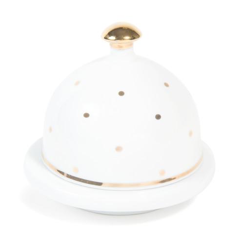 I pois color oro sono i protagonisti della collezione di vasellame in porcellana per le feste di Maisons du Monde. La linea è ricca e oltre al portaburro comprende anche piatti, alzate, ciotole e tazzine per il caffè (da 3,99 euro)