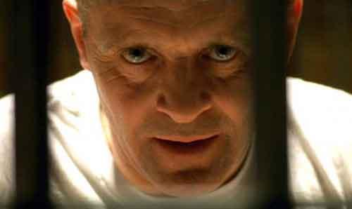"""Hannibal """"The Cannibal"""" (Anthony Hopkins) che aiuta la giovane Clarice (Jodie Foster) a risolvere il caso attorno a cui ruota tutto il film"""