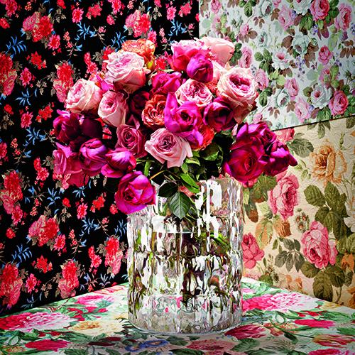 I fiori freschi per profumare l'atmosfera. Non possono mancare le classiche rose, qui nel vaso Matelassé di Patricia Uquiola per Kartell (89 euro)