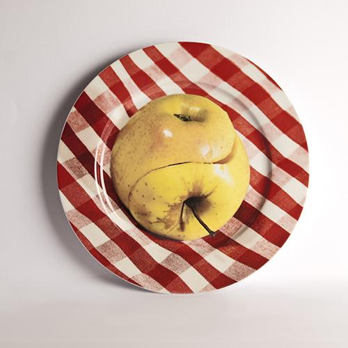 Il piatto di Seletti wears Toiletpaper è dedicato a tutti quelli che hanno trovato l'altra metà della mela (35 euro)