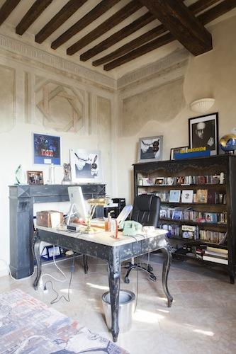 Lo studio: travi a vista, mobili in legno invecchiato, tanti dischi e vinili