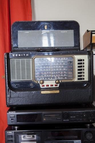 La radio Zenith anni Quaranta: all'interno ancora l'originale libretto con le istruzioni, dove annotare le stazioni preferite