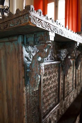 Il bancone indonesiano in legno intagliato nell'angolo bar