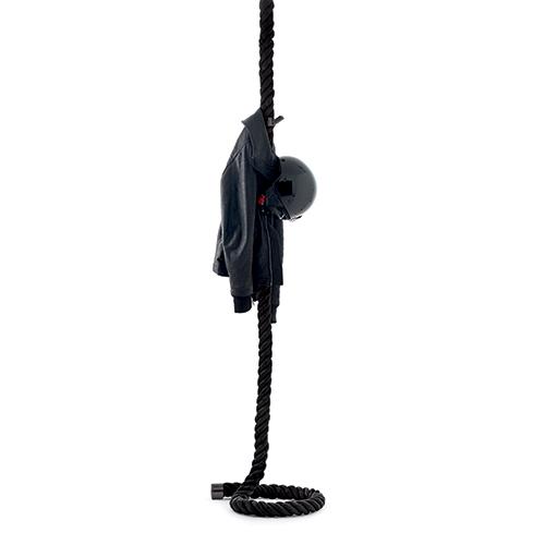 La Cima3 di Opinion Ciatti  si ispira a una corda nautica intrecciata. Si può appendere a parete o a soffitto, ha  sei appendiabiti ed è disponibile anche nel colore bianco (da 518 euro)