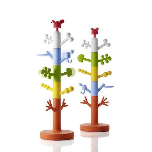 Un gatto e un uccellino convivono felici su Paradise Tree di Magis, appendiabiti da terra colorato che fa parte della collezione Me too pensata per i bambini (561 euro)